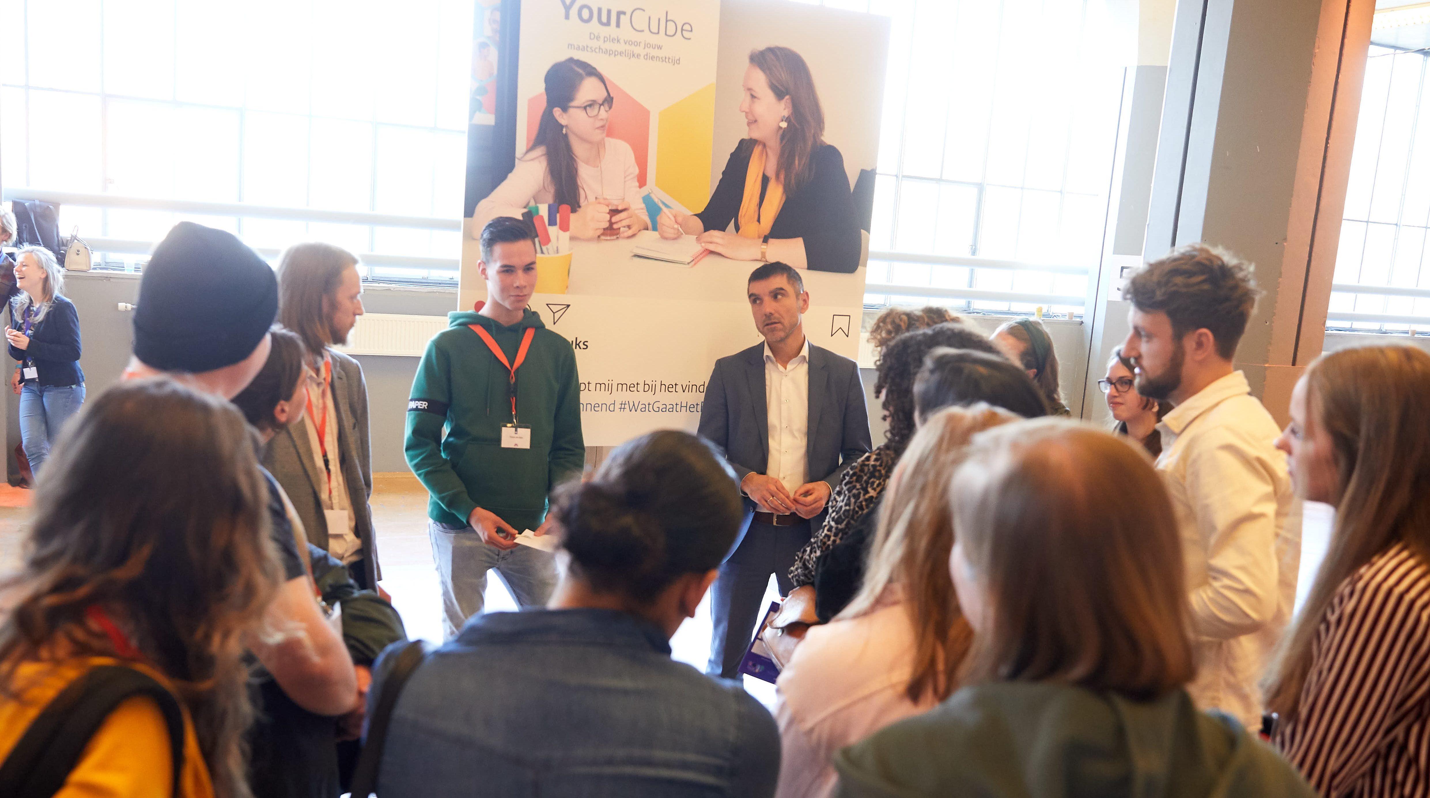 Staatssecretaris Paul Blokhuis in gesprek met jongeren